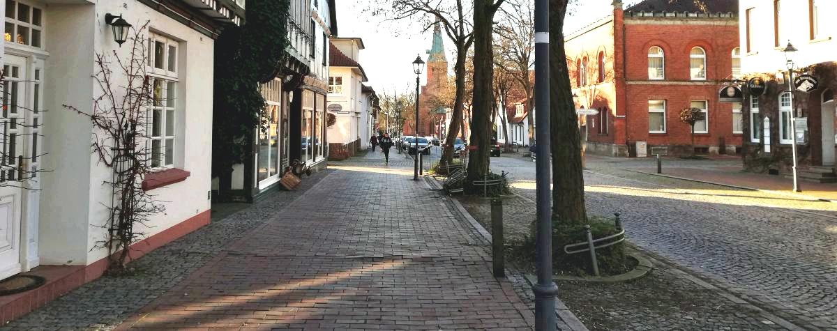 Lange Straße mit Kirche